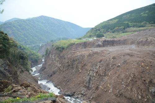 熊本地震直後。左岸側から崩落した阿蘇大橋を望む。下を流れるのは黒川。2016年4月24日に撮影(写真:日経コンストラクション)