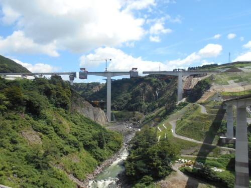 架設途中の新阿蘇大橋の現場。最も深い谷底に立つ橋脚の高さは97mだ。黒川の下流側から撮影(写真:大成建設)