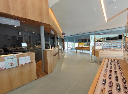 大階段の右手にある「JINS 前橋店」。什器(じゅうき)も永山祐子建築設計が設計している(写真:日経クロステック)