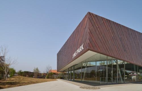 銅板で包んだ建物上部を浮いているように見せている(写真:Daici Ano)