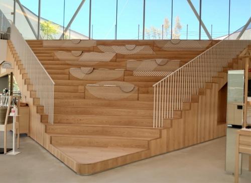 施設中央の大階段。腰かけられる(写真:日経クロステック)