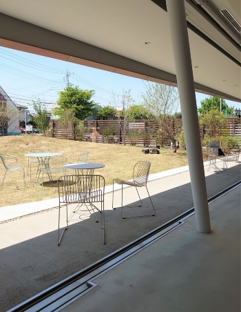 1階の開口部を開けると、屋外広場と一体になる(写真:日経クロステック)
