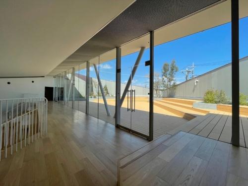 2階の吹き抜けスペースから、屋上テラス「うえひろば」につながる(写真:永山祐子建築設計)
