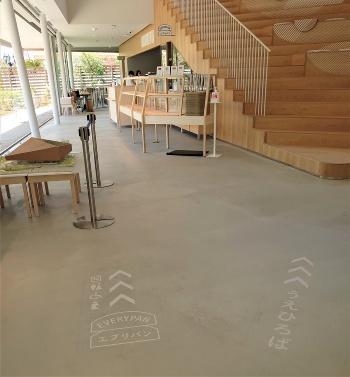 大階段の左手がベーカリーカフェ「エブリパン」。ジンズの新業態だ(写真:日経クロステック)