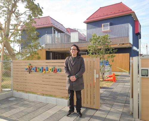 「キッズラボ南流山園」を設計したチームラボアーキテクツで代表を務める河田将吾氏(写真:日経クロステック)