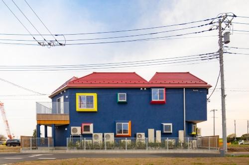 住宅のような外観をした2階建ての園舎。施工者は地元の興和流通商事(写真:チームラボアーキテクツ)