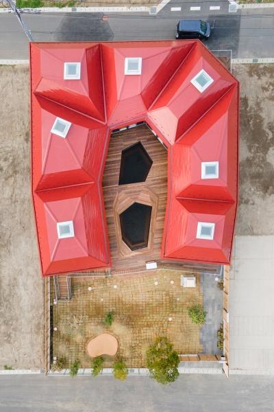 屋根は変形の寄棟(4つの屋根面で構成する屋根)が集まったようなデザインを採用した。多様な個性が集まって過ごす場所を象徴している(写真:チームラボアーキテクツ)
