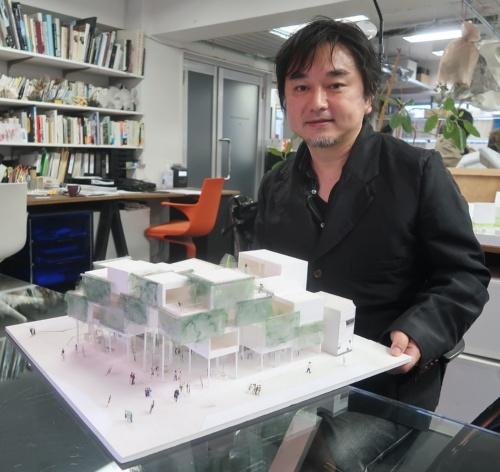 「Qのひろば再開発プロジェクト」を模型で説明する、平田晃久建築設計事務所を主宰する平田晃久氏(写真:日経クロステック)