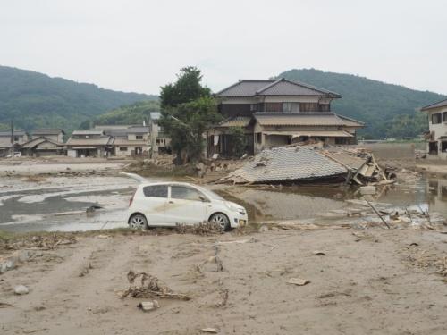 西日本豪雨による水が引いた後の岡山県倉敷市の真備地区。写真は井原鉄道井原線・吉備真備駅付近で、小田川の堤防が決壊した場所に近い。2018年7月11日に撮影(写真:日経アーキテクチュア)
