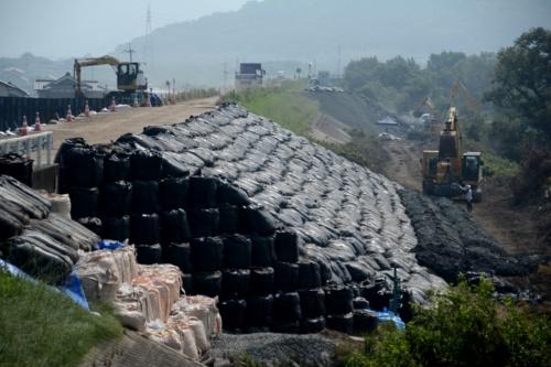 小田川左岸の破堤箇所。緊急復旧で締め切った後の様子。2018年7月18日に撮影(写真:日経コンストラクション)
