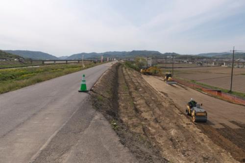 小田川の左岸側。堤防の拡幅のために既存の堤防を少し削って、拡幅用の土砂とのなじみをよくする。2021年4月15日に撮影(写真:生田 将人)