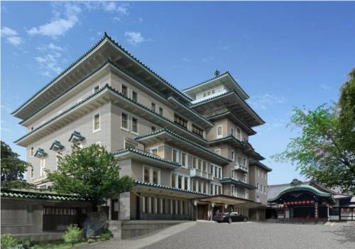 京都の祇園甲部歌舞練場敷地内に立つ「弥栄会館」の一部を保存活用した、新しい帝国ホテルの外観(南西面)イメージ。弥栄会館の外壁と構造体の一部を保存し、花見小路からの景観を引き継ぐ。右側は歌舞練場の玄関部分(資料:帝国ホテル)