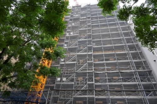 大林組が建設する木造高層ビルの建設現場。国土交通省の「サステナブル建築物等先導事業(木造先導型)」の補助金3億円などを利用している。事業費は非公開。2021年5月21日撮影(写真:日経アーキテクチュア)
