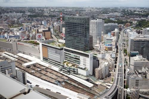 写真中央に建つのが、2020年6月24日に全面開業した「JR横浜タワー」。東側から見た外観。敷地のすぐ脇に線路が走る(写真:浅田 美浩)