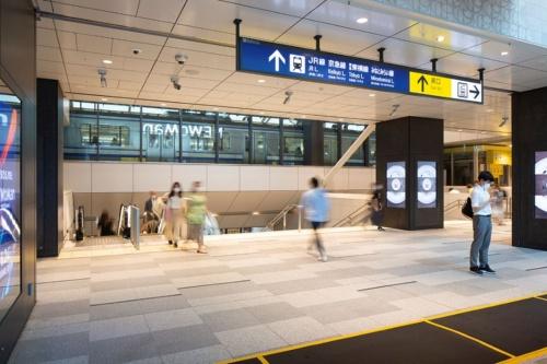 JR横浜タワーの1階から線路側を見た様子。写真の奥にJR東日本の車両が見える(写真:浅田 美浩)
