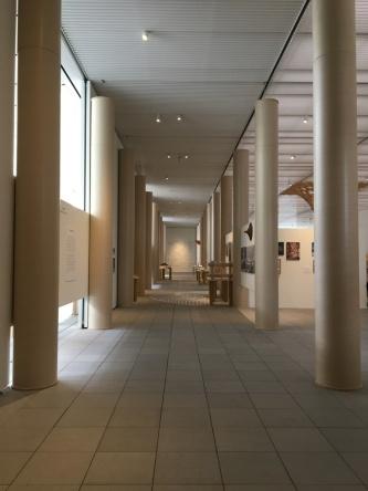 紙管で作り出した列柱空間(写真:西岡 梨夏)