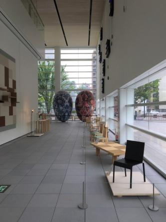 椅子やテーブルなど、紙管を使ったプロダクトも展示している(写真:西岡 梨夏)
