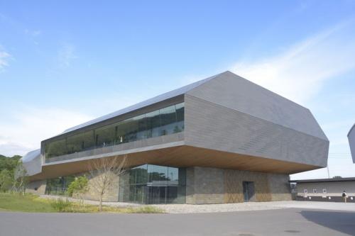 ポロト湖側から見た国立アイヌ民族博物館。複雑な屋根形状と高さを抑えたプロポーションで自然と融和させた(撮影:船戸 俊一)