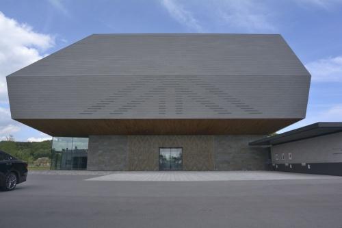 国立アイヌ民族博物館のエントランス周り。屋根のアウトラインは、背後の山の稜線(りょうせん)に調和するようにした(撮影:船戸 俊一)