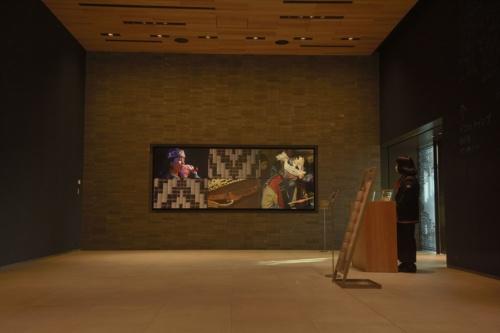 1階エントランスホールのシアター。右手のドアから展示室に上がる(撮影:船戸 俊一)