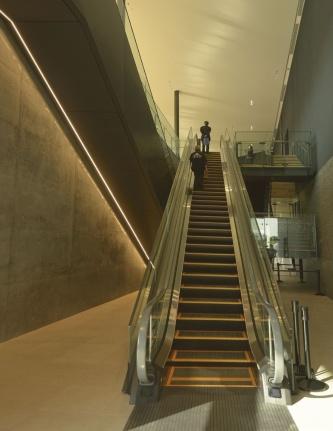 2階展示室にアプローチするエスカレーター(撮影:船戸 俊一)