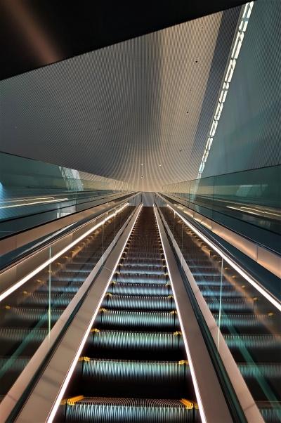 2階から4階に続く、長い直通エスカレーター(写真:日経クロステック)