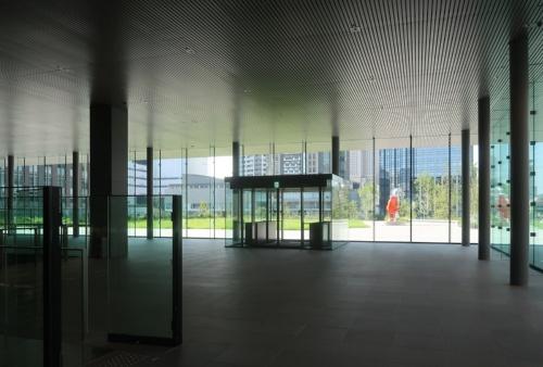 2階の北側には芝生広場がある。アーティストのヤノベケンジ氏が制作した屋外作品「シップス・キャット(ミューズ)」が既に設置されている(写真:日経クロステック)