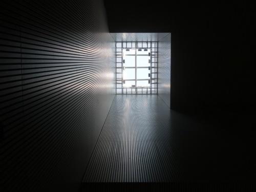 パッサージュから高い吹き抜けの天井を見上げると、トップライトから差し込む光を確認できる(写真:日経クロステック)
