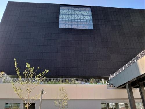 建物の南側。四角い開口もある。新設する歩行者デッキ(右手)で、隣の国立国際美術館とつながる予定(写真:日経クロステック)