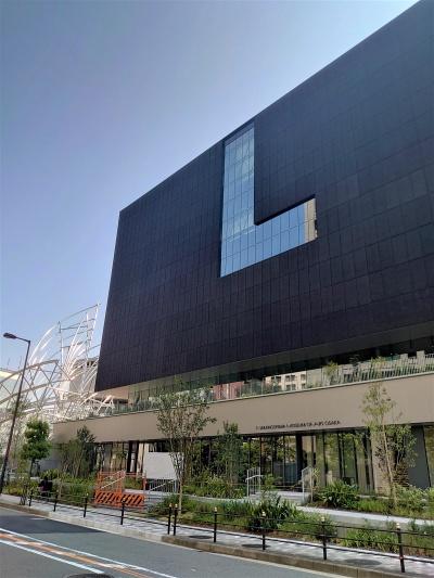建物の東側。L字の開口が目を引く。向かいは関西電力の本店(写真:日経クロステック)