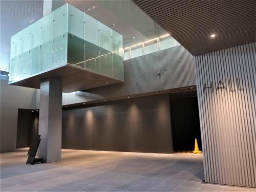 1階にあるホールの頭上に、箱型のチケット売り場が浮いているように設置されている。ホールは約300m<sup>2</sup>で、300席を設置可能だ(写真:日経クロステック)