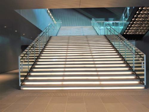 2階に続く階段(写真:日経クロステック)