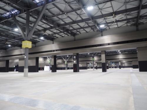 展示ホールC。展示ホールB~Fは、ホール間にシャッター開口が6カ所ずつあり、シャッターを上げることで最大5万m2の一体利用が可能になる。5つのホールそれぞれに、主催者事務室、商談室、主催者用倉庫などが付属している(写真:日経アーキテクチュア)