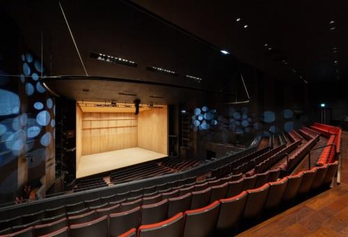 まきあーとテラスの大ホール(写真:吉田 誠)