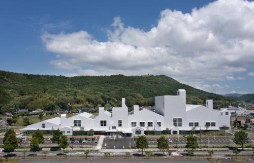 2021年4月に開館した「マルホンまきあーとテラス」。設計は藤本壮介建築設計事務所。建物の手前が南、奥が北になる(写真:吉田 誠)