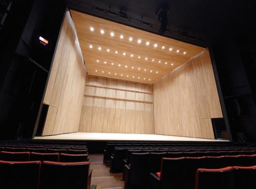 音響反射板に囲まれた大ホールの舞台(写真:日経クロステック)