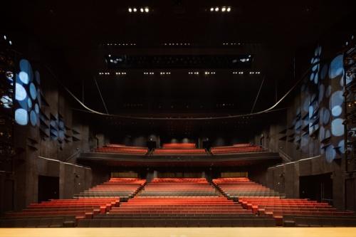 舞台から客席を見た様子。座席が舞台に近く、観客はパフォーマンスを間近で見られる(写真:吉田 誠)