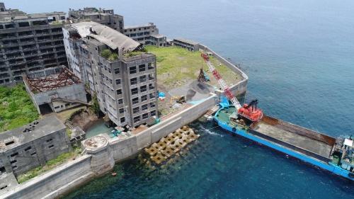 軍艦島は台風の脅威にさらされている。老朽化も深刻だ。写真は2017年の補修工事の様子(写真:出水 享)