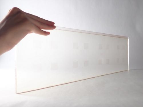 AGCとNTTドコモが共同開発したガラスアンテナ「WAVEATTOCH(ウェーブアトッチ)」。20年6月に5Gに対応したばかり。製品名には、電波(ウェーブ)を窓ガラスに後付け(アトッチ工法)できるという意味を込めた(写真:広島テレビ放送、NTTドコモ中国支社、AGC)
