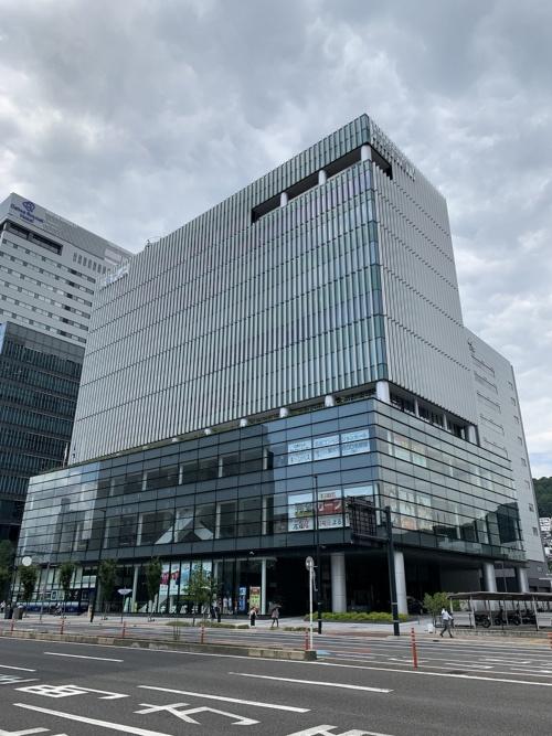 広島テレビの本社ビル。地上1~3階に「広島コンベンションホール」がある(写真:広島テレビ放送、NTTドコモ中国支社、AGC)