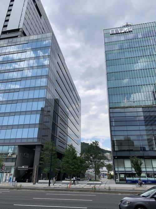 広島テレビ本社ビル(右の建物)と複合施設「グラノード広島」(左の建物)の間にある通りがエキキターレ(写真:広島テレビ放送、NTTドコモ中国支社、AGC)