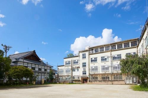 元新道小学校の校舎。左に見えるのが宮川町歌舞練場の大屋根(写真:NTT都市開発)