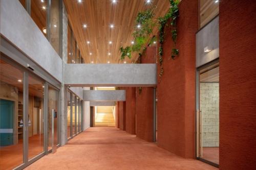 地上1階のエントランスホール。長手方向に吹き抜けとするため、既存スラブを除去(写真:浅沼組)