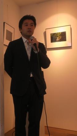 坂茂建築設計の丸山真史氏。19年10月9日に開かれた報道関係者への公開日に坂氏は姿を見せず、代わりにビデオメッセージが届いた(写真:日経アーキテクチュア)