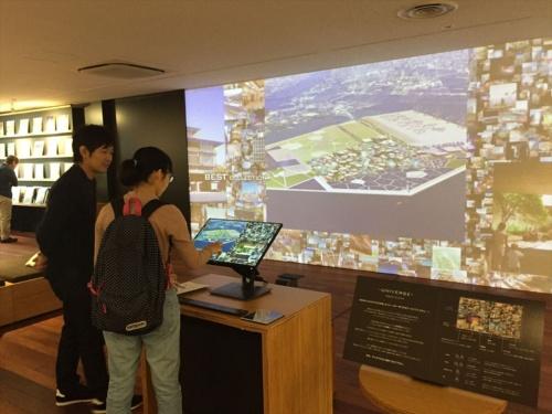 日建設計CGスタジオによる膨大な量の制作物のうち200枚を一覧できる、タッチパネル式のアーカイブシステム。2025年大阪・関西万博の提案資料も(写真:長井 美暁)