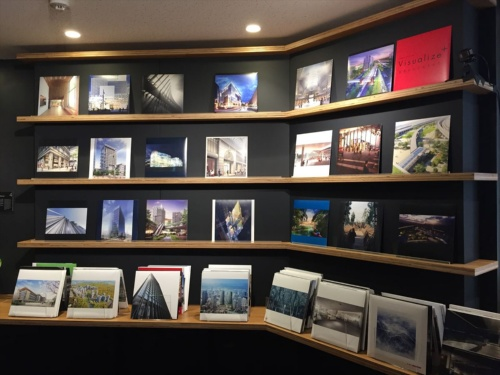 壁面では、CGをLPレコードのジャケットサイズに収めて400枚展示。展示が行われたのは普段はリフレッシュラウンジとして使われている部屋で、一角ではコーヒーや紅茶のサービスもあった(写真:長井 美暁)