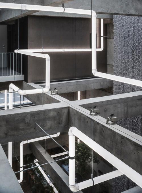 ヘリテージタワーは既存躯体の柱や梁を現しにし、そこに人気アーティストであるレアンドロ・エルリッヒ氏の光を用いた作品「Lighting Pipes(ライティングパイプ)」を展示する(写真:Katsumasa Tanaka)