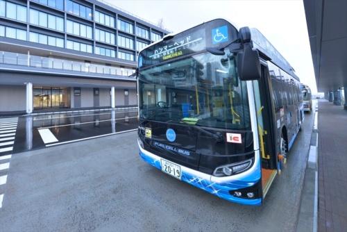 施設の東側にバス乗り場を整備した。開業日から、施設と桜木町駅などを結ぶバス路線の運行が始まった(写真:日経アーキテクチュア)