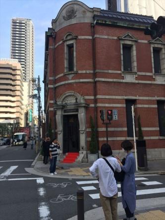 1本の道路沿いに6つの設計事務所が立地する「セッケイ・ロード」は、北船場の高麗橋通りを中心とした東西のエリアだ。写真は日本設計関西支社から東畑建築事務所に向かう途中で、れんがの建物の左側に延びるのが高麗橋通り。れんがの建物は辰野片岡建築事務所が設計した高麗橋ビルで、現在はオペラ・ドメーヌ高麗橋というブライダル会場。この建物もイケフェス大阪に参加していた(写真:長井 美暁)