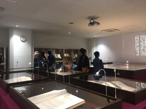 東畑建築事務所の創業者、東畑謙三は、技術研さんに役立てるために、世界各地の建築や絵画、彫刻、考古学などの文献や古地図を収集し、「清林文庫」と名付けた。総数は1万5000点に上るという(写真:長井 美暁)